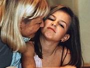 (FOTO) PREPOZNAJETE LI DEVOJČICU SA SLIKE? Danas je veoma popularna, a tinejdžerke je obožavaju
